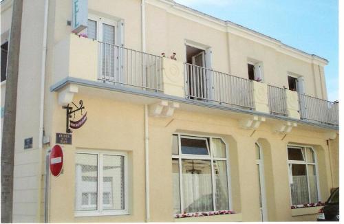 H tel de l 39 arriv e fouras poitou charentes rentbyowner for Hotel a fouras