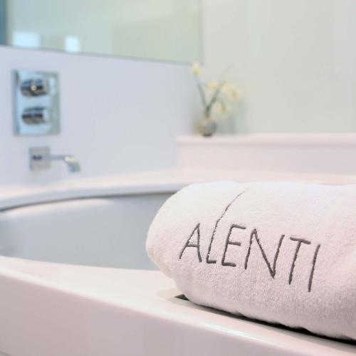 Suite con bañera de hidromasaje Alenti Sitges Hotel & Restaurant 3