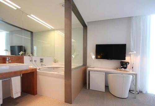 Suite con bañera de hidromasaje Alenti Sitges Hotel & Restaurant 5