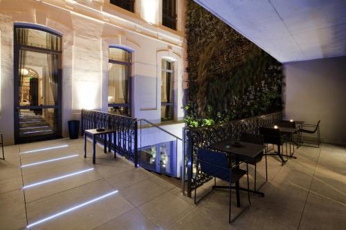 Hotel c2 h tel 48 rue roux de brignoles 13006 marseille for Garage rue roux de brignoles marseille