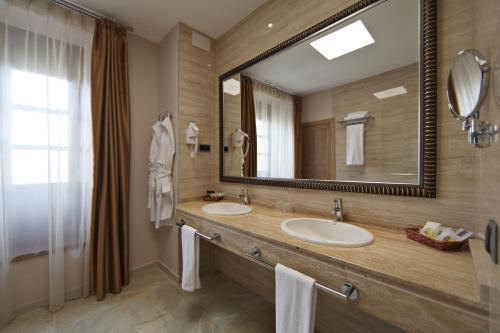 Habitación Deluxe con cama extragrande Casa Consistorial 11