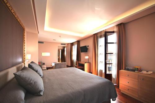 Habitación Deluxe con cama extragrande Casa Consistorial 15