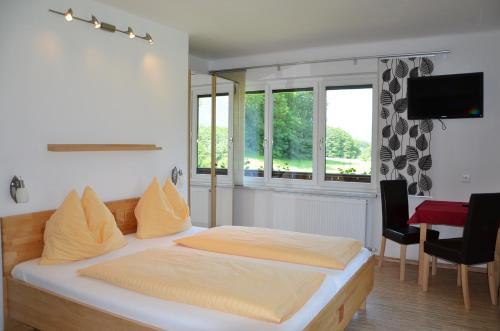 Pension Strauß - Apartments - Apartment mit 2 Schlafzimmern, Balkon und Seeblick