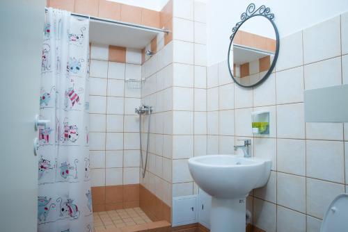 Кино Хостел на Выборгской Стандартный двухместный номер с 2 отдельными кроватями и ванной