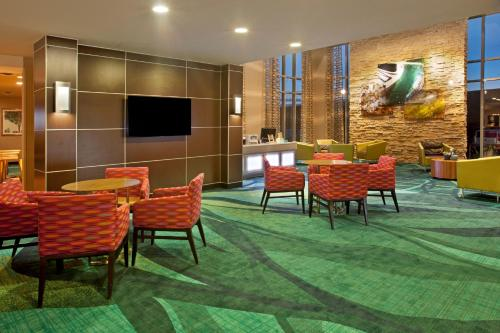 Hyatt Regency Bloomington-Minneapolis is located adjacent to the Metro Transit Light Rail - just two stops away from Minneapolis St. Paul International Airport and one stop away from Mall of America, America's largest shopping mall, including dining and entertainment.