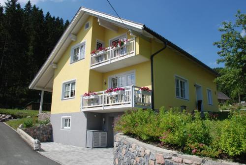 FeWo Burgstaller - Apartment mit 1 Schlafzimmer und Balkon
