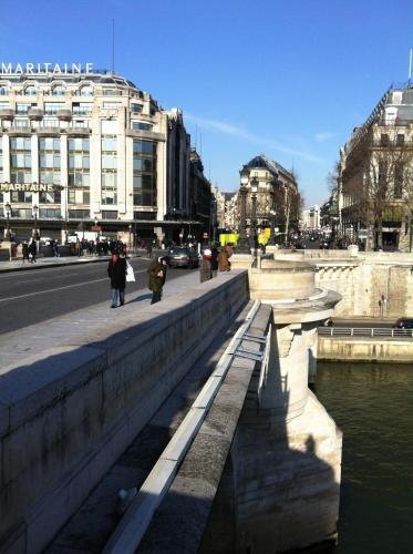 Into Paris - Louvre Apartment