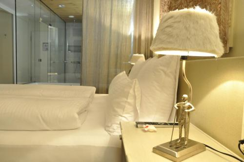 Huone parivuoteella ja poreammeella (Double Room with Spa Bath)