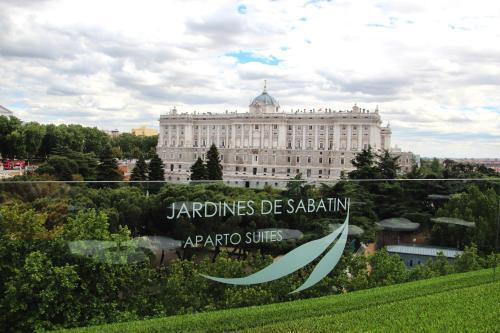 Apartosuites jardines de sabatini madrid spain overview for Hotel jardines sabatini