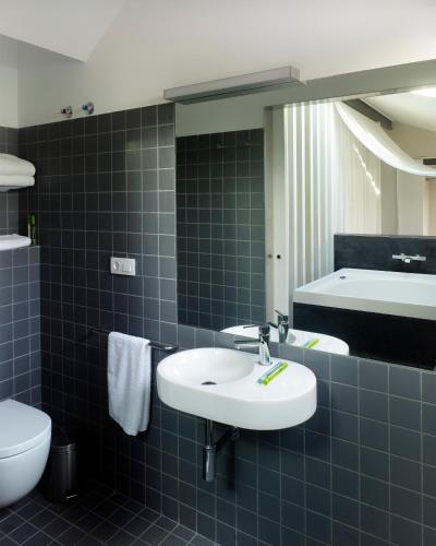 Deluxe Double Room with Bath Moure Hotel 2