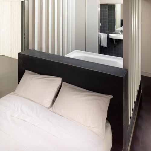 Deluxe Double Room with Bath Moure Hotel 1