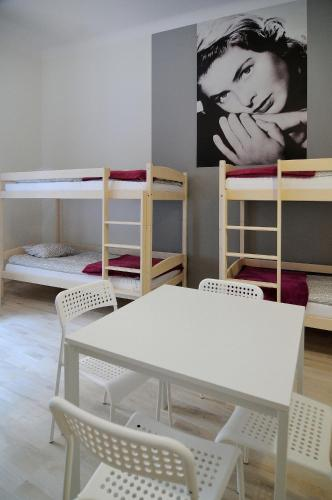 Llit en 1 dormitori mixt de 10 llits (Bed in 6-Bed Dormitory Room with Shared Bathroom)
