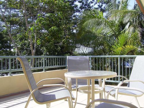 Byron beach flats byron bay new south wales for Balcony byron bay menu