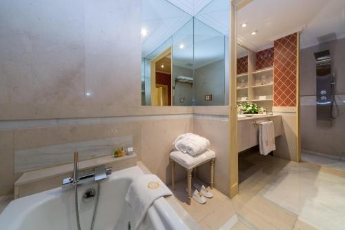 Suite Deluxe con aparcamiento incluido  Relais & Châteaux Orfila 9