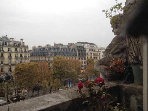 Un balcon sur les Champs-Elysees