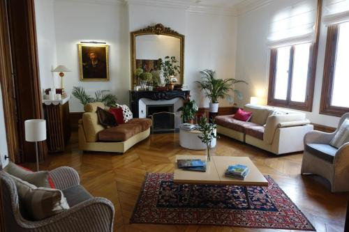 la maison jules tours france overview. Black Bedroom Furniture Sets. Home Design Ideas