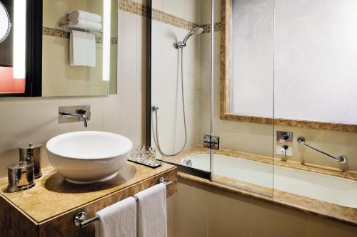 AVANI Deira Dubai Hotel photo 4