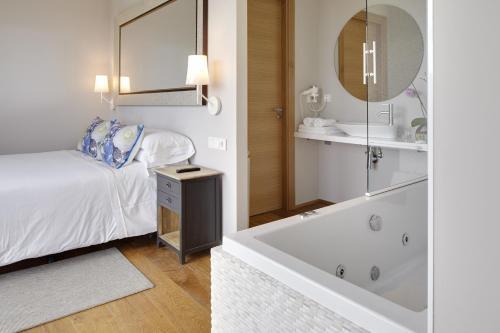 Suite con bañera de hidromasaje Hotel San Prudentzio 3