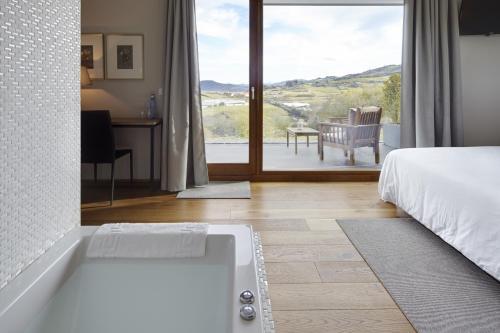 Suite con bañera de hidromasaje Hotel San Prudentzio 5