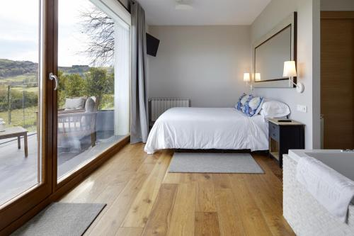 Suite con bañera de hidromasaje Hotel San Prudentzio 6