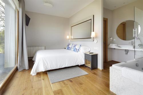 Suite con bañera de hidromasaje Hotel San Prudentzio 7