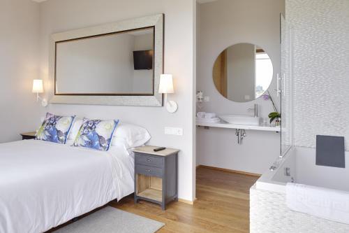 Suite con bañera de hidromasaje Hotel San Prudentzio 8