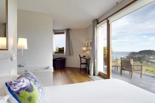 Suite con bañera de hidromasaje Hotel San Prudentzio 1