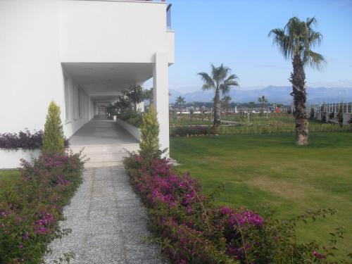 Babylon Beach Residence, Side