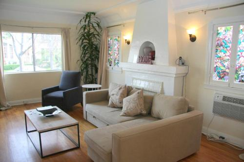 Vintage Two Bedroom West Hollywood Vacation Apartment 1