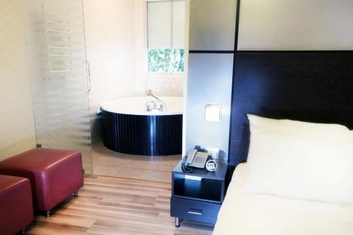 Deluxe Suite with Bathtub