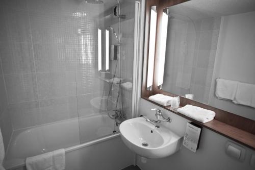 hotel campanile dammarie les lys en dammarie les lys. Black Bedroom Furniture Sets. Home Design Ideas