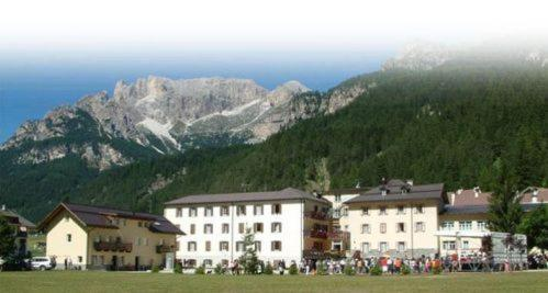 Best Price on Soggiorno Dolomiti in Mazzin + Reviews