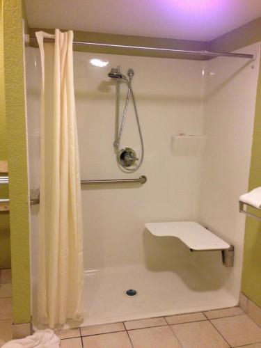 Econo Lodge Inn & Suites I-64 & Us 13