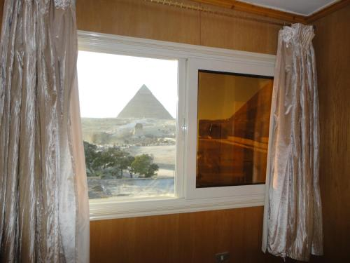 Doppel-/Zweibettzimmer mit Pyramidenblick (Double or Twin Room with Pyramids View)