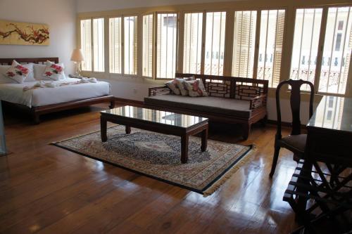 Heeren Palm Suites front view