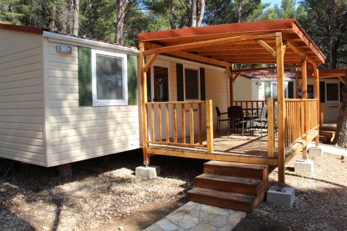 Mobilheim mit 2 Schlafzimmern und Terrasse (Two-Bedroom Mobile Home with Patio)