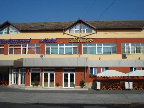 Motel Maestro front view