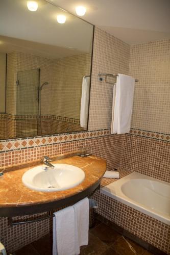 Habitación Doble Estándar - 2 camas  Hotel Nuevo Portil Golf 3