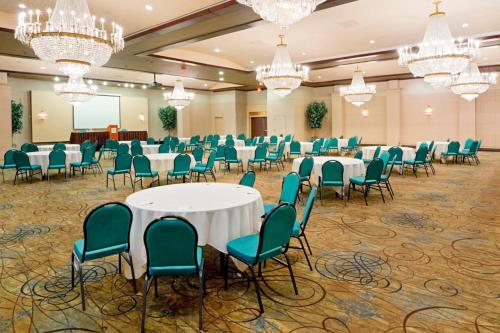 Book Now Holiday Inn Philadelphia Stadium (Philadelphia, United States). Rooms Available for all budgets. A prime spot for Phillies fans, the non-smoking Holiday Inn Philadelphia Stadium has a sparkling pool, fitness room and extras like free internet access, local calls and priva