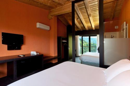 Superior Double Room with Extra Large Bed Ellauri Hotela 4