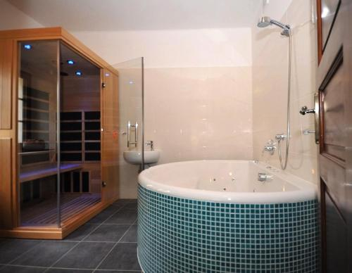 Luxus Suite mit Spa Bad (Luxury Suite with Spa Bath)