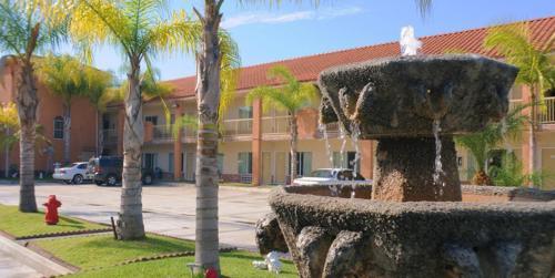 Days Inn & Suites South Gate