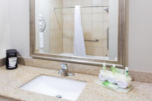 Holiday Inn Express And Suites Alvarado