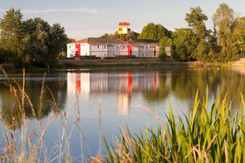 P'tit Dej-Hôtel Bordeaux Lac front view