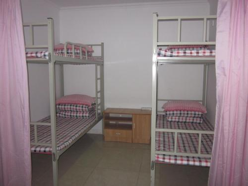 Seng i 6-sengers sovesal for kvinner (Bed in 6-Bed Female Dormitory Room)
