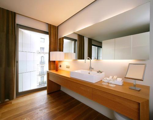 Suite con aparcamiento y vistas a la ciudad Hotel Omm 7