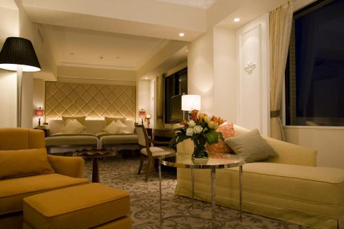 Last Minute Deal - Short Stay Executive Suite - Smoking (10:00 Check out)
