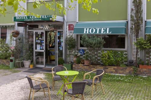 Aerotel versailles saint cyr l 39 tape du silence a parigi for Appart hotel suresnes