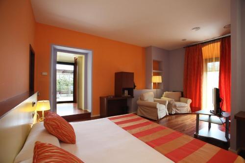 Suite Hotel Castell de l'Oliver 9