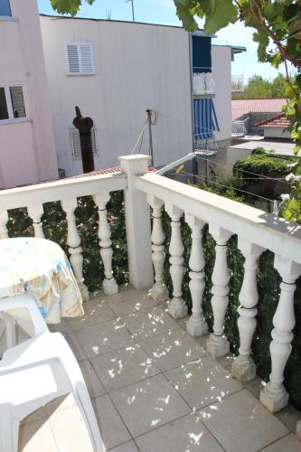 شقة مع شرفة (Apartment with Balcony)
